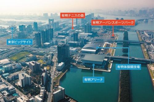 有明側の上空から台場・青海方向を見る(19年11月撮影)。有明テニスの森と東京ビッグサイトの中間辺りから、西側(写真奥)の潮風公園の手前までをオリンピックプロムナード(シンボルプロムナード公園)と位置づけている。聖火台や青海アーバンスポーツパークと共に整備する(写真:ITイメージング)