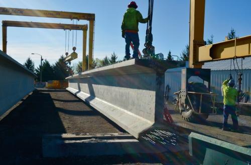 写真1■ 米国ミシガン交通局が管理する州間高速道路75号線でCFRPが桁の緊張材に使われた。桁の高さは1.8m、長さは42m。10本の桁で構成され、1つの桁に60本以上の緊張材が入っている。2017年に完成(写真:Nabil Grace・ローレンス工科大学教授)