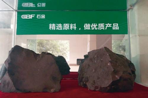 写真1■ バサルト繊維のもととなる玄武岩。主に中国やロシアの山脈で採った岩を繊維にしている(写真:アルテクロス)