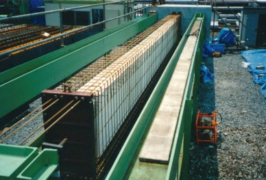 写真2■ 1990年に、AFRPのロッド材を緊張材に使い橋桁を架設した。場所は関連会社の二次製品工場内(写真:三井住友建設)