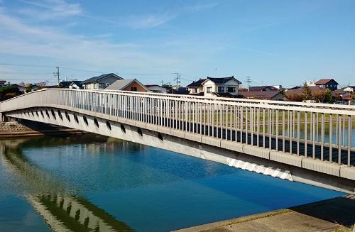 写真1■ 酒田みらい橋(山形県酒田市)の全景。採用したUFCは、仏ブイグなど3社が保有する「ダクタル」の配合思想を基に、太平洋セメントが日本国内向けに開発した「日本版ダクタル」(写真:大成建設)