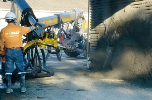 写真1■ 模擬トンネルで、世界最高級の強度を持つ吹き付けコンクリートの施工性を検証している様子(写真:大成建設)