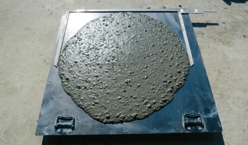 写真3■ 800±50mmのスランプフローで管理。従来はスランプでの管理が普通だった(写真:大成建設)