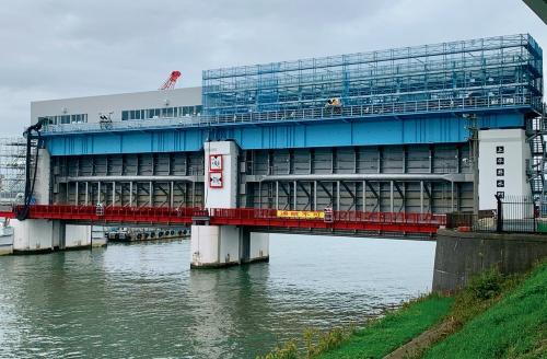 写真1■ 上平井水門の3・4号の耐震補強工事の様子。門扉にSUS323Lを採用している。2019年11月に撮影(写真:日鉄ステンレス)