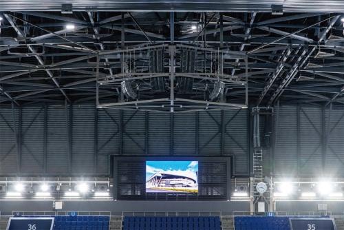 天井に設置されたラインアレイスピーカー(写真中央上部)