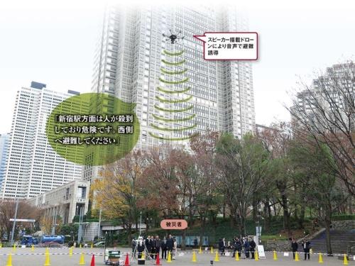 東京都新宿区などが実証実験をした、ドローンによる被災者誘導の様子