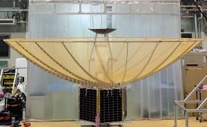 アンテナを畳んだ状態のSAR衛星「イザナギ」(左)、畳んだパラボラの高さが非常に低いことが分かる。アンテナを展開した状態(右)のイザナギ