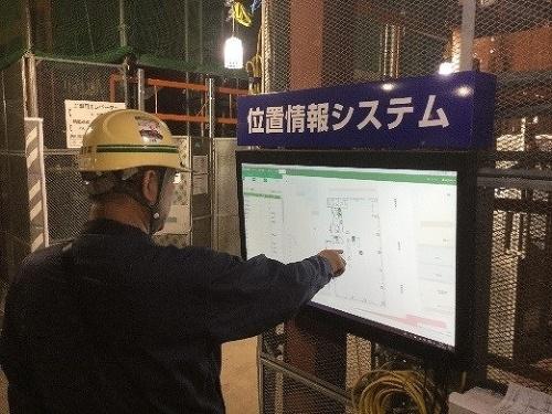 鹿島スマート生産ビジョンのパイロット現場「名古屋伏見Kスクエア」に設置していたケイ・フィールドの操作画面。工事用エレベーターの前にモニターを置いて、エレベーターを待っている間に資機材位置などを確認できるようにした(写真:鹿島)