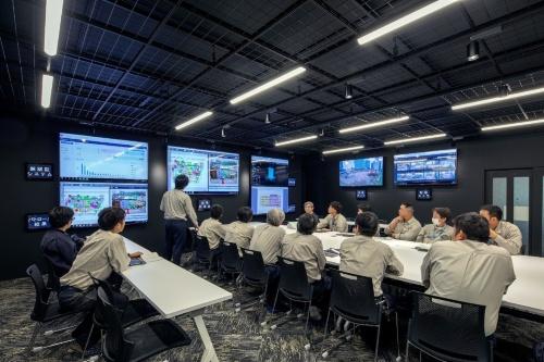 「鹿島スマート生産ビジョン」を全面適用する神奈川県内のモデル現場。同現場の工事事務所には、最新の「現場内モニタリングシステム」を導入している(写真:鹿島)