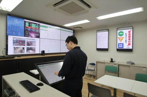 名古屋伏見Kスクエアの工事事務所。気象情報や顔認証による入退場情報、モニタリングカメラの映像など遠隔管理に必要な情報を大型モニターに表示した(写真:日経アーキテクチュア)