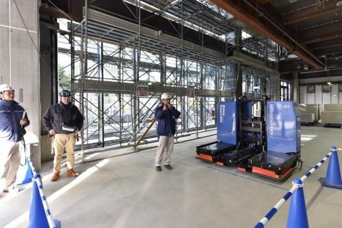 「からくさホテルグランデ新大阪タワー」の建設現場。搬送ロボット2台を本格適用した。1階の荷取り場と搬送先の階でそれぞれ水平搬送を担い、ロボットが計574パレットを自動搬送した(写真:生田 将人)