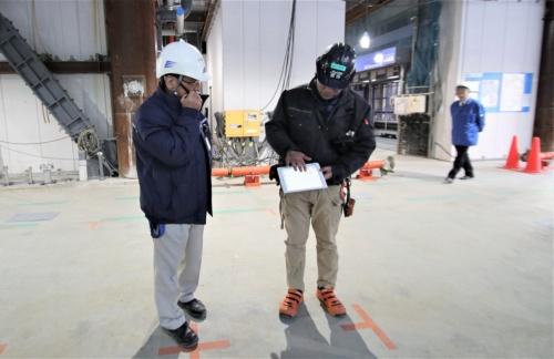 からくさホテルグランデ新大阪タワーの現場では、揚重専門会社のロボットオペレーター(写真右)がiPadで搬送を指示した(写真:日経アーキテクチュア)