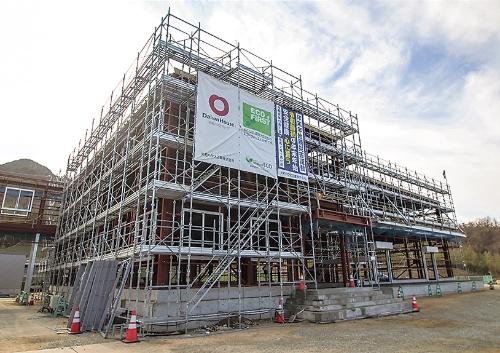 大和ハウス工業が設計・施工を担う「春日堂新第2工場」(香川県・小豆島)。鉄骨造の地上2階建てで、延べ面積は約3500m2。鉄筋の結束作業を鉄筋工事と切り離して都島興業に発注した(写真:日経アーキテクチュア)