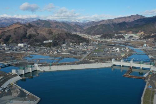 右の大槌川には水門を新設した。左の小槌川の水門は再築。その間をつなぐように長さ約300m、高さ14.5mの防潮堤を復旧する。施工者は安藤ハザマ・植木組・伊藤組土建・南建設JV。2020年1月に撮影(写真:安藤ハザマ・植木組・伊藤組土建・南建設JV)