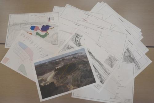 従来の対面式の設計協議では、図面や写真などあらゆる資料を使って説明していた(写真:日経コンストラクション)