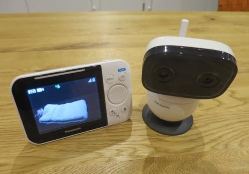 パナソニックのベビーモニター「KX-HC705」。右がカメラで左がモニター端末
