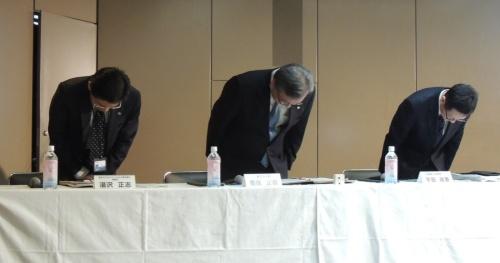 決算説明会で謝罪する東芝の豊原正恭執行役専務(中央)ら