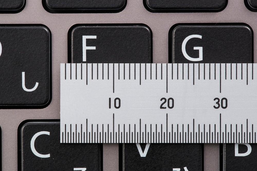 キーピッチはキー幅とその間隔を含む長さ。19ミリが一般的だが、13型以下の小型ノートパソコンの場合、それよりも小さいことが多い (撮影:スタジオキャスパー)
