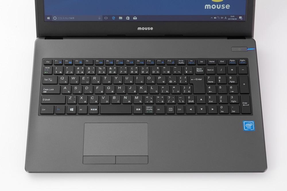 キーボードに対してノートパソコンのタッチパッドの位置も確認する。写真のようにタッチパッドをパソコンの中心から左側にずらして配置しているパソコンが多いが、これは正常だ (撮影:スタジオキャスパー)