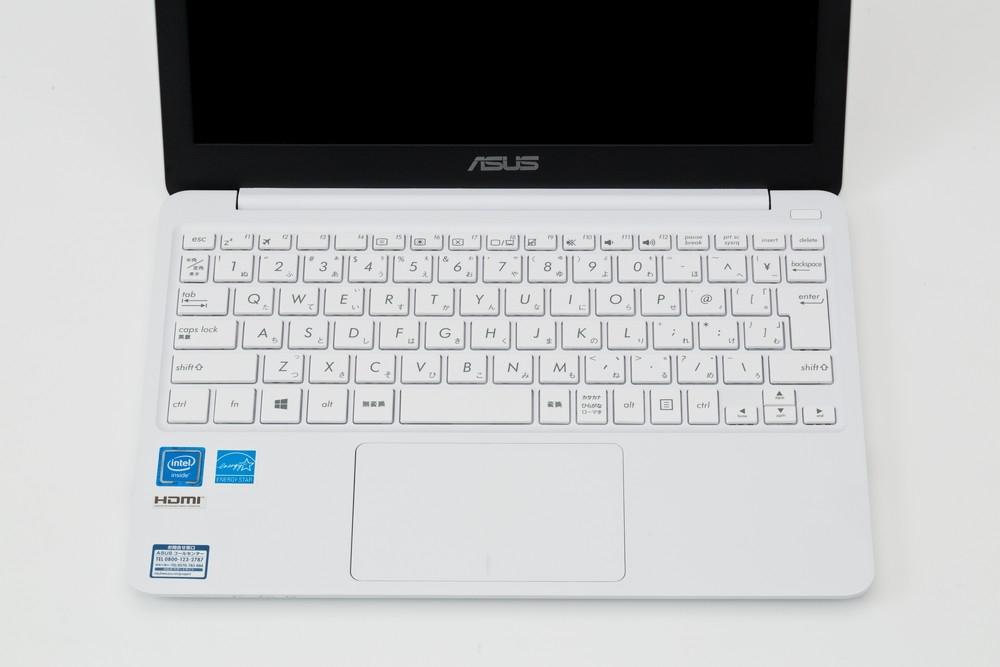 中には写真のようにタッチパッドをノートパソコンの中央に配置し、ホームポジションの真下から離れてしまっているパソコンもある。この場合、左手親指でのタッチパッドの操作がしにくくなる (撮影:スタジオキャスパー)