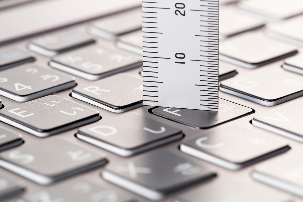 ノートパソコンの仕様表に記載されているキーストロークは、キーを押し込んだ時の深さを表す。この数値からはキーの押し心地は判断できない (撮影:スタジオキャスパー)