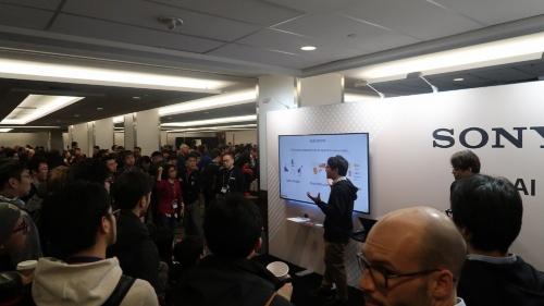 ソニーはAAAI-20に企業ブースを出展し、参加者にAI関連の研究テーマを解説していた