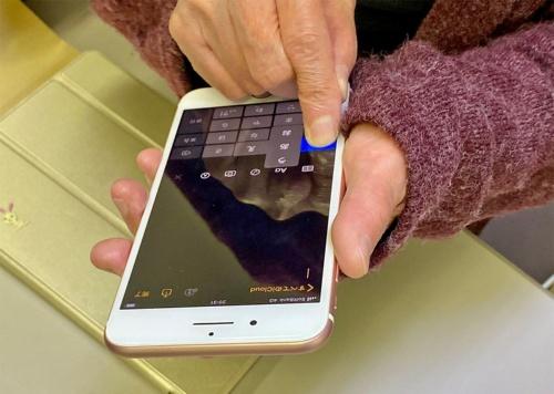 スクリーンキーボードを使った文字入力は様々な機能を試した結果、フリック入力が自分に合うやり方だったと角田氏は語る