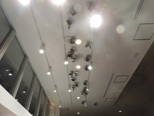 店内の天井に設置したAIカメラ