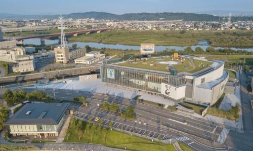 「富山県美術館」(2017年)との一体感を意識した富山県富岩運河環水公園の上空から見下ろす。環水公園に向けて全面ガラス張り。向こうに流れるのは神通川(写真:吉田 誠)