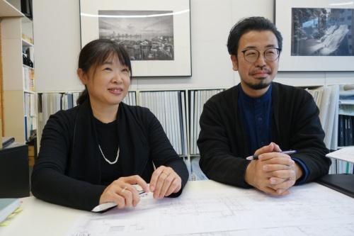 ともにシーラカンスアンドアソシエイツ(CAt)のパートナーである赤松佳珠子氏と大村真也氏。赤松氏は法政大学の教授も務める(写真:日経アーキテクチュア)
