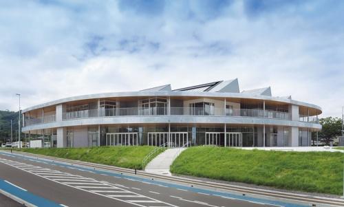「山元町役場」(2019年)では、乾式工法の屋根スラブを採用。裏表のない平面とした(写真:吉田 誠)