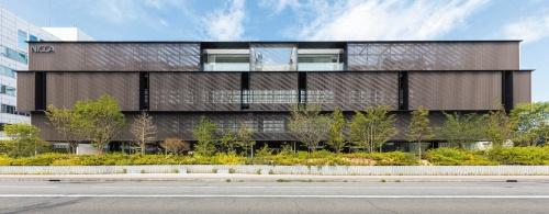 「NICCA INNOVATION CENTER」(2017年)の大通りに面した東向きの外観。4階建ての2階から4階までがアルミルーバーで覆われている(写真:新井 隆弘)