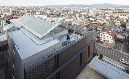 NICCA INNOVATION CENTERのガラストップライトを設けた切妻屋根。光を取り入れるLow-Eガラスの屋根は、直下の屋根スラブに雪を落とすために切妻とした(写真:吉田 誠)