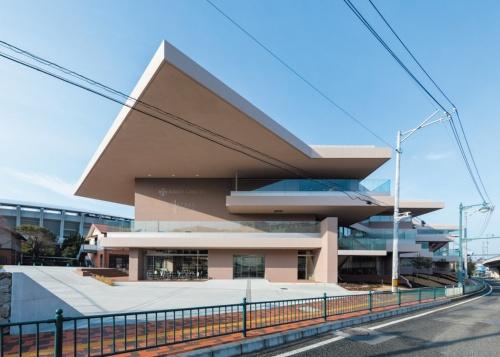 「梅光学院大学 The Learning Station CROSSLIGHT」(2019年)では開放型の大きな軒どいを設けた(写真:新井 隆弘)