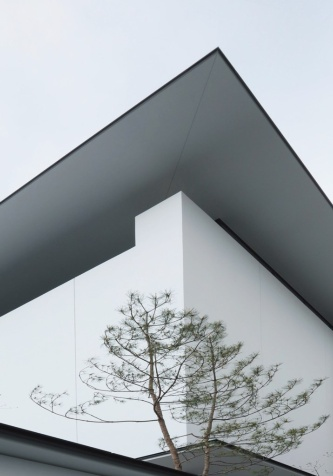 宝ホールディングス歴史記念館の軒の出は1300㎜。軒どいを内部に組み込む納まりとして軒先をシャープに見せている。3寸勾配の方形屋根を架けているが、近景ではフラットルーフに見える(写真:古川 泰造)
