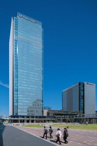 「グローバルゲート」(2017年)の全景。左手の高層タワーは賃貸オフィスとホテルが入居。右手の大和ハウス名古屋ビルは同社と関連企業が入る。2棟の間に商業施設を収めた低層棟がある(写真:車田 保)