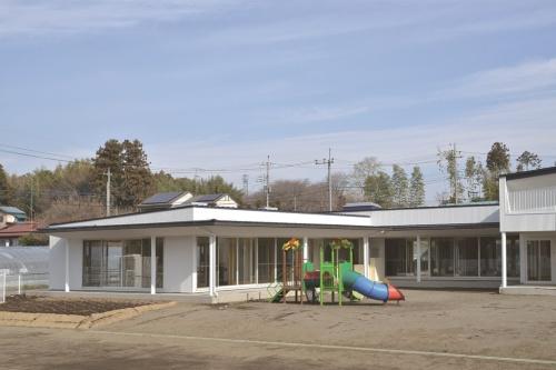 栃木県の「牧が丘幼稚園」(設計:鈴木貴博建築設計事務所)。軒といは、ガルバリウム大型雨といHACO GH12号(ガンメタ)、縦といは、丸たてとい75φ(ホワイト)を使用している(写真:タニタハウジングウェア)