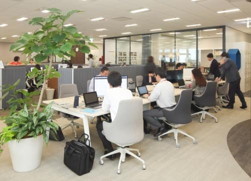 社員個人の仕事の場「ベース」に相当するオカムラのオフィススペース