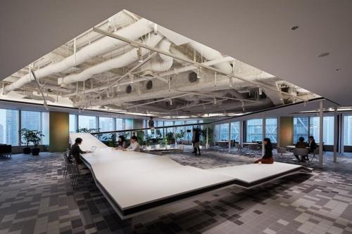 コクヨの東京品川SSTオフィスのエントランス。コクヨの創業から今にかけて、幾つかの転換点があったことを白い大きなオブジェで表現している