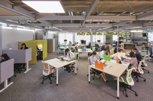 内田洋行の新川第2オフィスの様子。打ち合わせをしたり、集中して考えたりするといった用途に応じて最適な場所を選べるようにする「アクティブ・コモンズ」と呼ぶコンセプトでオフィス空間を作り上げている