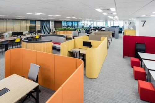 東京・日本橋にあるイトーキ本社オフィス「ITOKI TOKYO XORK」の様子。社員が仕事に合わせて働く場を選べるように多様なオフィス家具を配置している