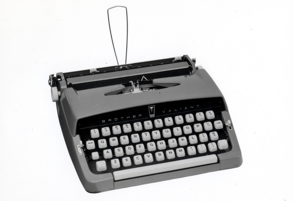 欧文タイプライターのキー配列 いわゆるQWERTY配列はタイプライターのキー配列として1880年代に成立した。写真はブラザー工業が1961年に出荷した欧文タイプライター「JP1-111」。