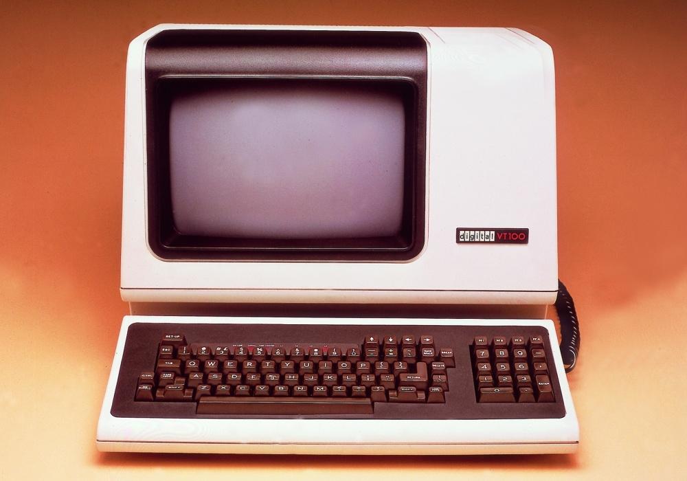 米Digital Equipmentが1978年に出荷した端末「VT100」 PDPやVAXといった同社製コンピュータ以外にも、端末のデファクト・スタンダードとして広く使われていた。現在でも通信ソフトのほとんどがVT100のエミュレーション機能を搭載している。