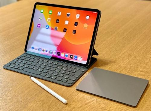 iPad Proにキーボードを接続すると、パソコンのように使うことができる。写真は「11インチiPad Pro(第2世代)」。OSを最新のiPadOS 13.4にアップデートしたiPadはマウスやトラックパッド(タッチパッド)にも対応