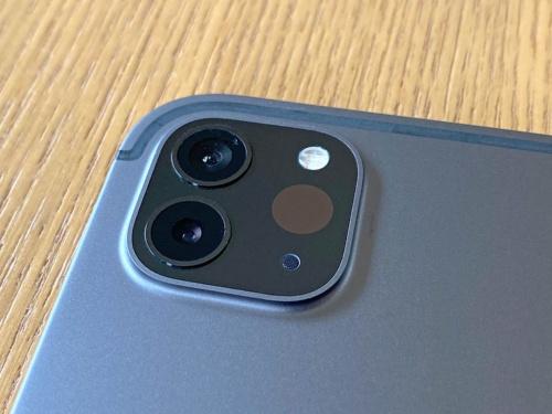 2020年モデルのiPad Proは背面のカメラユニットが四角く盛り上がっており、ここを見ればすぐに他のモデルと区別できる