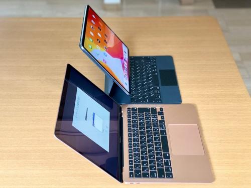「MacBook Air」とキーボードの位置をそろえて並べると、iPad Proのディスプレーはユーザーの顔に近い位置になる。5cm程度だが、その分画面をのぞき込まない姿勢になり楽に使えた