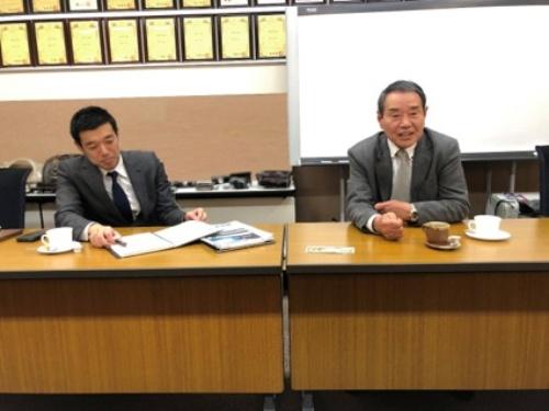 図2 村岡貢治会長(右)と村岡右己社長(左)