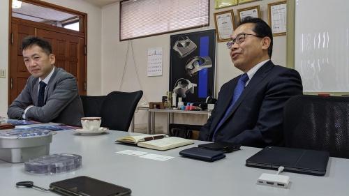 図:辻プラスチックの辻清嗣社長(右)と辻喜勝取締役(左)