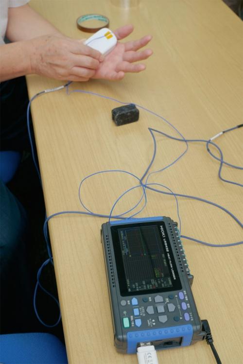 図3 熱流センサーで機器と人体間の熱流を分析