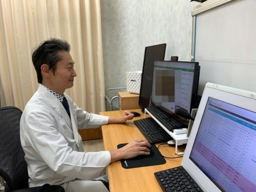 オンライン診療を実施する三國盛夫院長